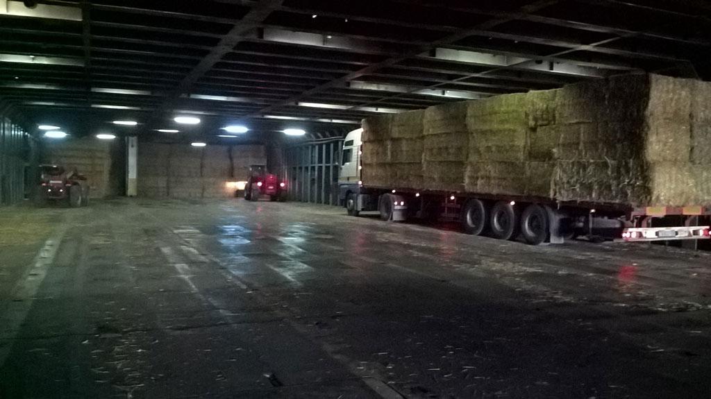 износ на слама с камиони